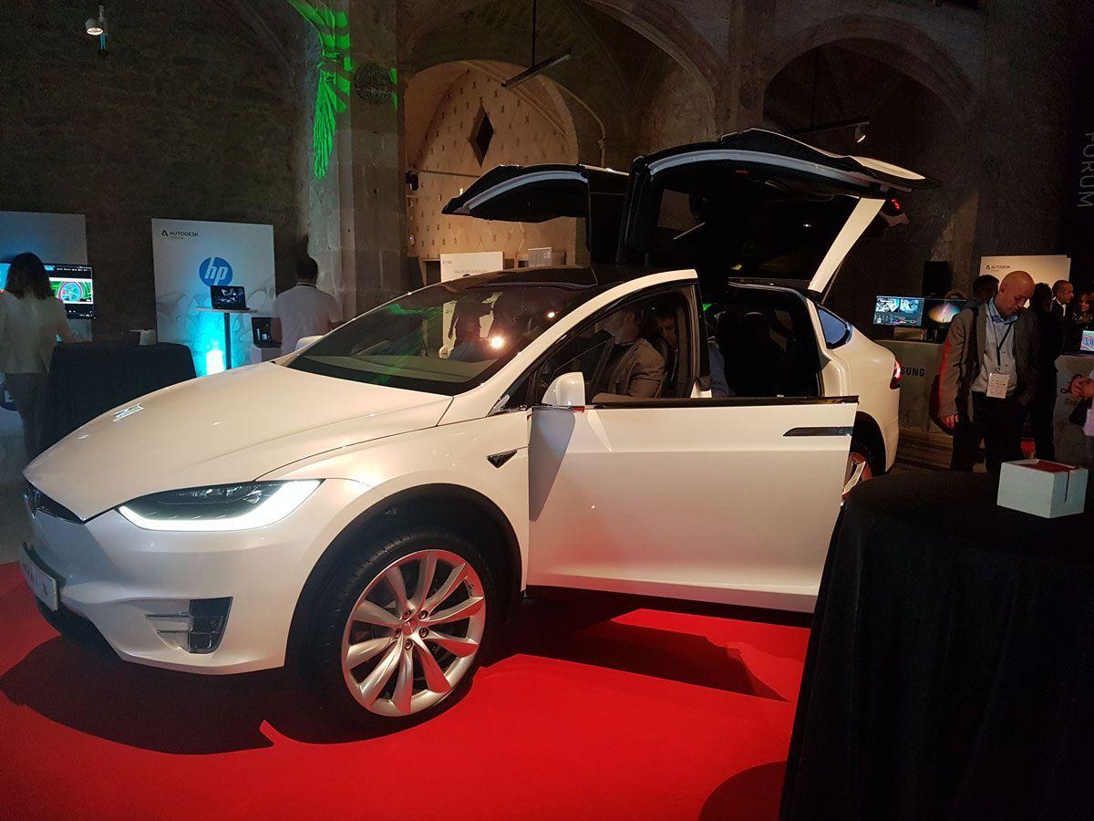 Coche de exposición de Tesla en Autodesk Fórum 2017 en el Convent dels Àngels